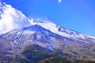 秋の冠雪した富士山と湧き上がる雲の写真素材 [FYI01200901]