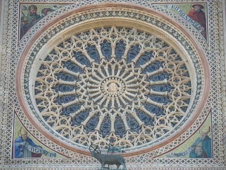 早朝のオルヴィエート大聖堂の写真素材 [FYI01200911]