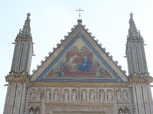 早朝のオルヴィエート大聖堂の写真素材 [FYI01200912]