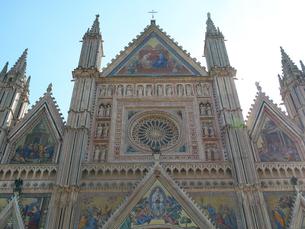 早朝のオルヴィエート大聖堂の写真素材 [FYI01200913]