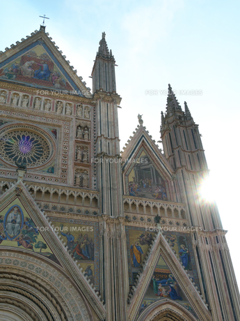 早朝のオルヴィエート大聖堂の写真素材 [FYI01200914]