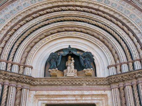 早朝のオルヴィエート大聖堂の写真素材 [FYI01200915]