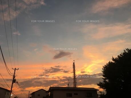 光る空 銭湯の煙突の写真素材 [FYI01200948]