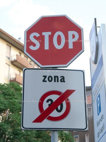 イタリアの道路標識(車両進入禁止)の写真素材 [FYI01200967]