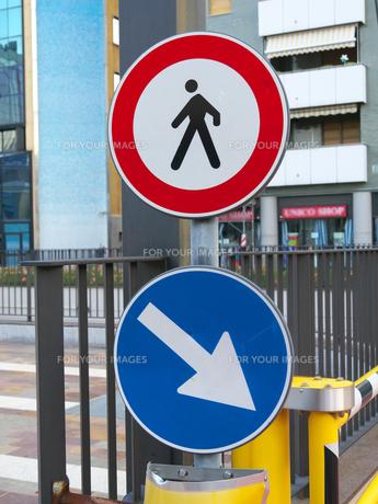 イタリアの道路標識(歩行者進入禁止)の写真素材 [FYI01200970]