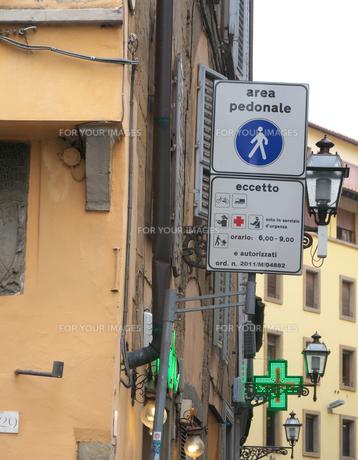 イタリアの道路標識(歩行者道路)の写真素材 [FYI01200972]