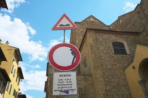 イタリアの道路標識(車両進入制限・道路凹凸)の写真素材 [FYI01200973]