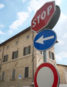 イタリアの道路標識(車両進入禁止)の写真素材 [FYI01200974]