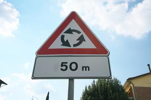 イタリアの道路標識(ラウンドアバウト)の写真素材 [FYI01200975]