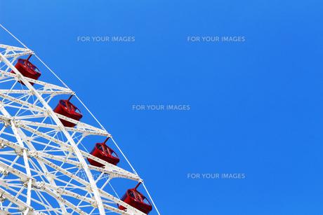 青空にの下に建つ大きな観覧車の写真素材 [FYI01200979]