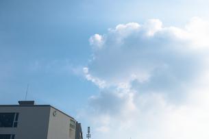 午後の空と学校の写真素材 [FYI01201055]