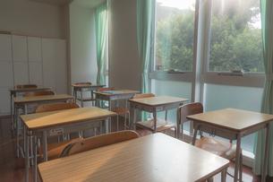夕方の誰もいない教室の写真素材 [FYI01201056]