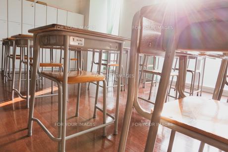夕方の誰もいない教室の写真素材 [FYI01201057]