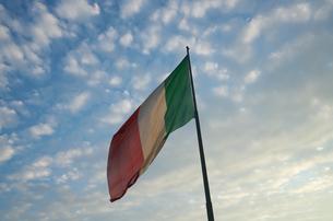 フィレンツェ・サンタ・マリア・ノヴェッラ駅になびくイタリア国旗の写真素材 [FYI01201091]