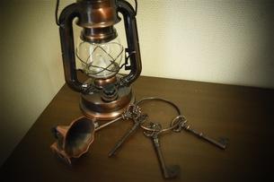 お洒落なランタンや鍵の写真素材 [FYI01201107]