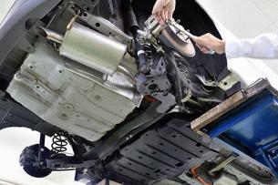 整備中の自動車の写真素材 [FYI01201318]