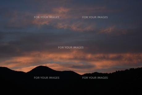 箕面山と夕焼けの写真素材 [FYI01201522]