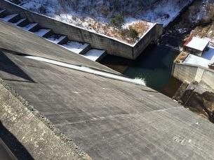 ダム放水の写真素材 [FYI01201693]