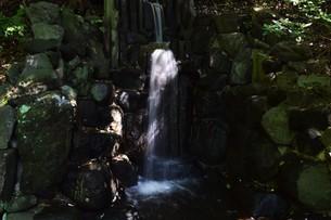小さな滝 ・ 公園の小さなオアシスの写真素材 [FYI01202131]