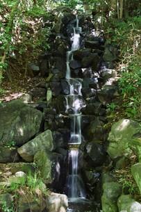 小さな滝 ・ 公園の小さなオアシスの写真素材 [FYI01202136]