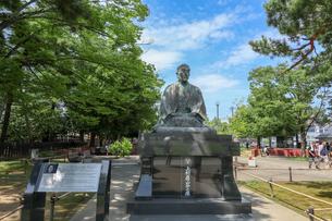 米沢市上杉神社の上杉鷹山公銅像の写真素材 [FYI01202177]