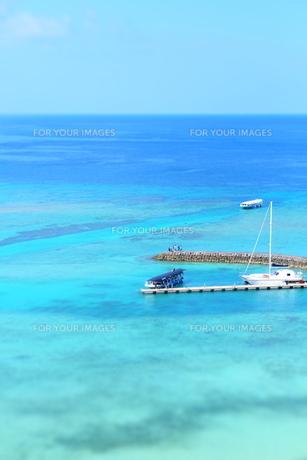 沖縄の海と遊覧船の写真素材 [FYI01202182]