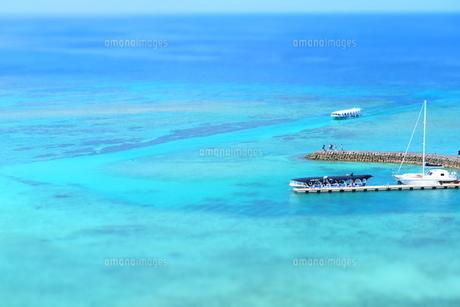 沖縄の海と遊覧船の写真素材 [FYI01202183]