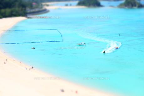 沖縄の海でアクティビティ、ミニチュア風の写真素材 [FYI01202184]