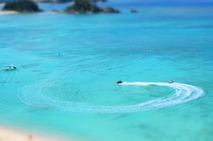 沖縄の海でアクティビティ、ミニチュア風の写真素材 [FYI01202185]