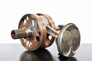 バイクエンジンのクランクシャフトの写真素材 [FYI01202545]
