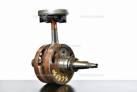 バイクエンジンのクランクシャフトの写真素材 [FYI01202546]