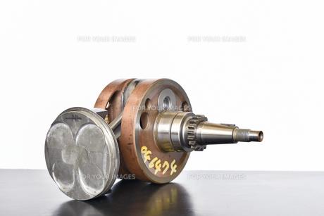 バイクエンジンのクランクシャフトの写真素材 [FYI01202547]
