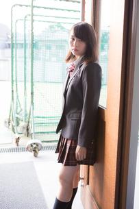ドアにもたれている女子高生の写真素材 [FYI01202607]