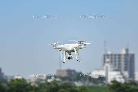 飛行中の小型無人機の写真素材 [FYI01203159]
