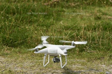 飛行中の小型無人機の写真素材 [FYI01203163]