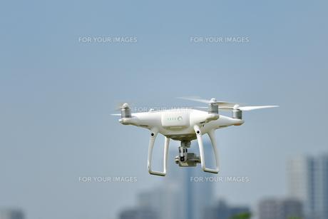 飛行中の小型無人機の写真素材 [FYI01203165]