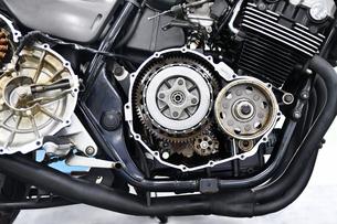 大型バイクのクラッチ修理の写真素材 [FYI01203166]