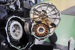 大型バイクのクラッチ修理の写真素材 [FYI01203167]