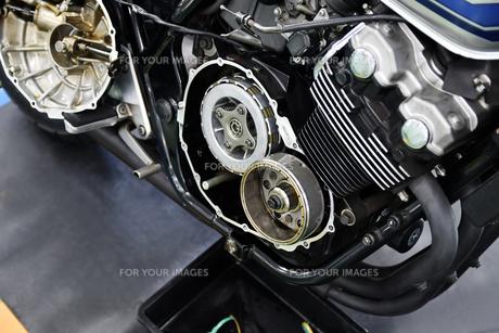 大型バイクのクラッチ修理の写真素材 [FYI01203168]