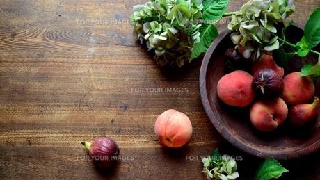 桃と無花果と紫陽花の写真素材 [FYI01203213]