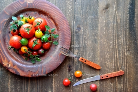 木皿に盛り付けたカラフルなトマトの写真素材 [FYI01203224]