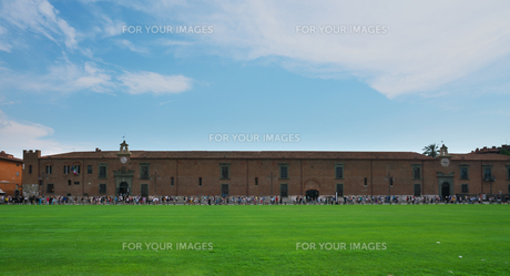 ドゥオモ広場から眺めるピサの斜塔を目指す人々の写真素材 [FYI01203247]