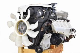 取り外した自動車のエンジンの写真素材 [FYI01203250]