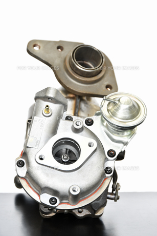 ターボエンジンの排気系部品の写真素材 [FYI01203288]