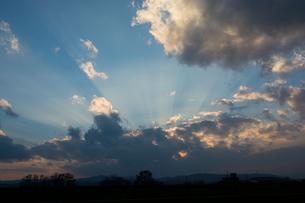 夕暮れの空と天使の梯子の写真素材 [FYI01203317]