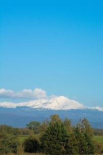 秋晴れの空と冠雪の山 大雪山の写真素材 [FYI01203326]