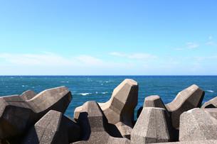 海岸線とテトラポットの写真素材 [FYI01203337]