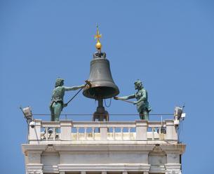 イタリア ベニスのサンマルコ広場の時計塔の写真素材 [FYI01203432]