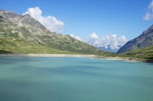 空と雲と山と湖の写真素材 [FYI01203455]