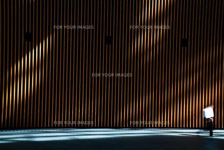 通り過ぎる人の写真素材 [FYI01203561]
